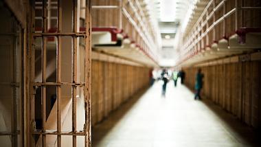 Wegen Anteckungsgefahr: NRW entlässt Häftlinge - Foto: iStock / MoreISO