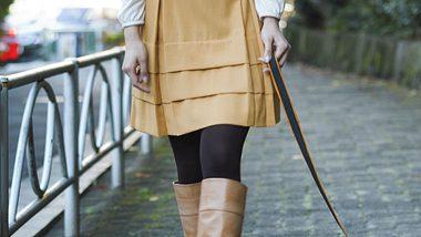Frau mit Hundeleine - Foto: iStock/YinYang