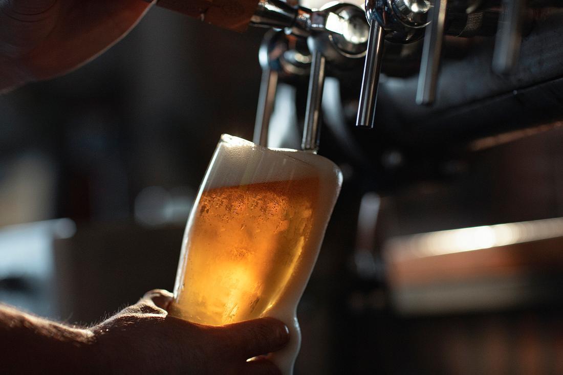Bier, das gerade gezapft wird