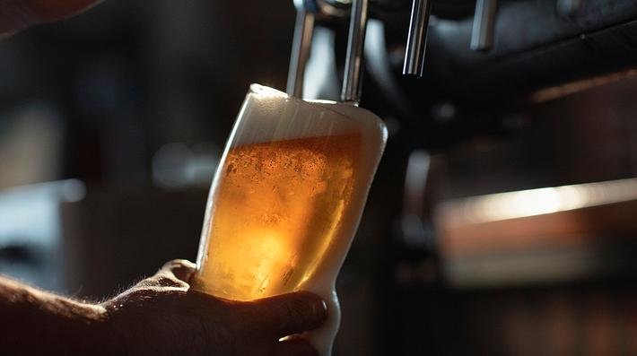 Bier, das gerade gezapft wird - Foto: iStock / DusanBartolovic