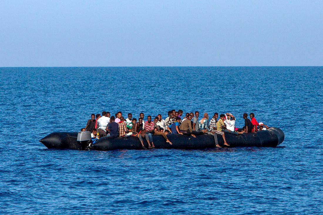 Flüchtlinge auf einem Schlauchboot auf dem Mittelmeer