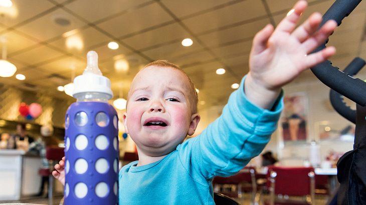 Weinendes Kleinkind in Restaurant