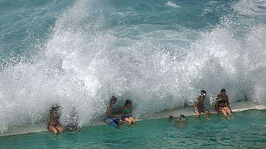 Betrunkener Bademeister verursacht Pool-Tsunami - 44 Verletzte
