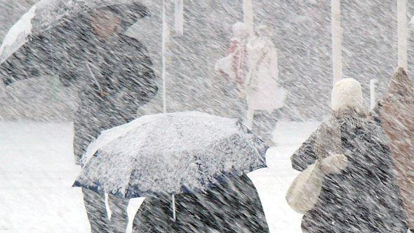 Menschen im Schneesturm - Foto: iStock/Dreef