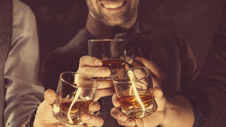 Traumjob: Dieses Unternehmen schickt dich um die Welt, um Whisky zu trinken