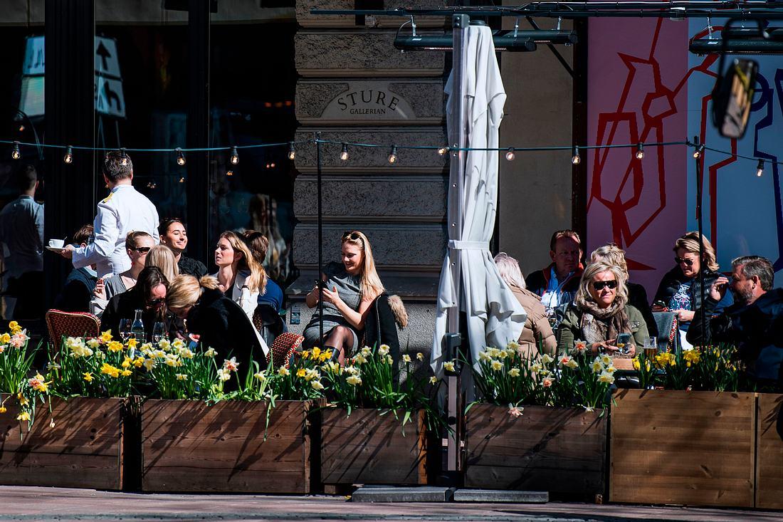 Menschen in Schweden sitzen im Cafe
