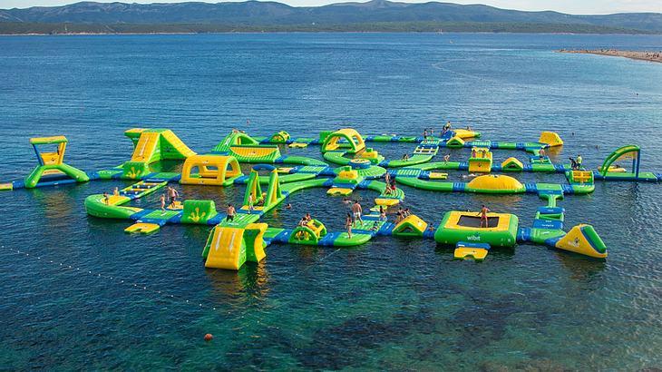 Wibit: Schwimmender Spielplatz im Meer