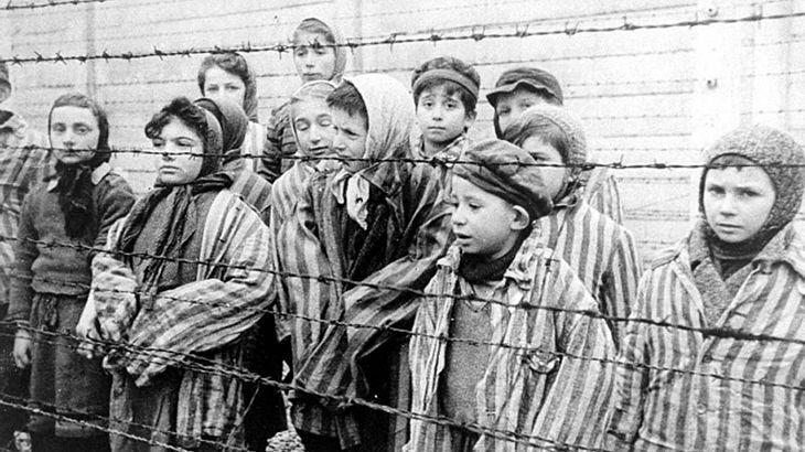 Überlebende Kinder bei der Befreiung des KZ Auschwitz durch die Rote Armee