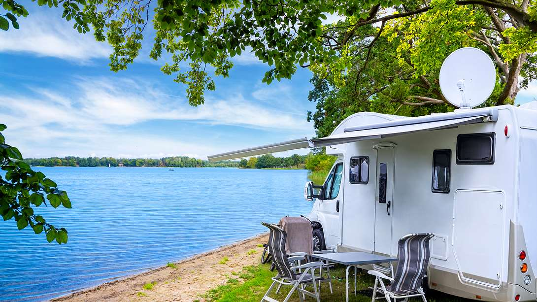 Wohnmobil an einem See - Foto: iStock / ewg3D