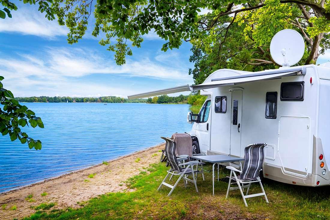 Wohnmobil an einem See