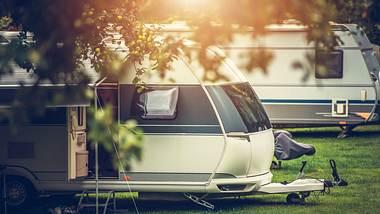 Wohnwagen auf einer Wiese - Foto: iStock / welcomia