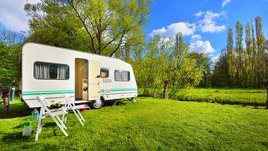 Wohnmobil auf einer Wiese - Foto: iStock / alekseystemmer