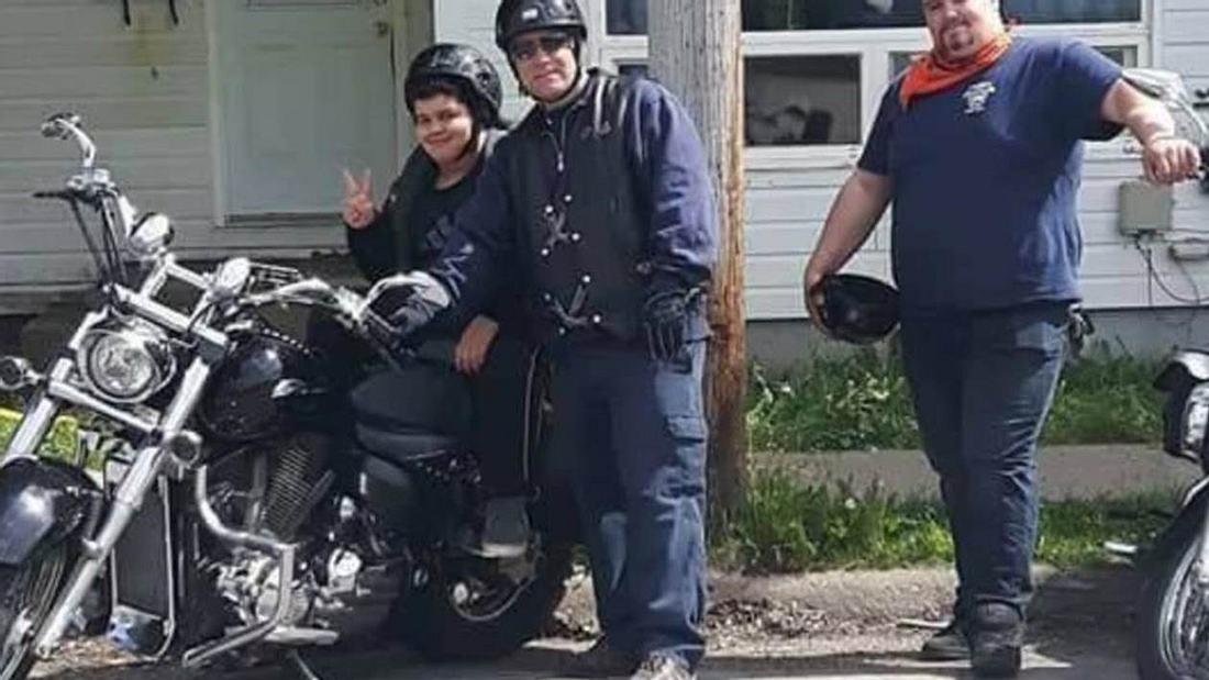 Das 10-jährige Mobbing-Opfer Xander wird von Rockern zur Schule begleitet