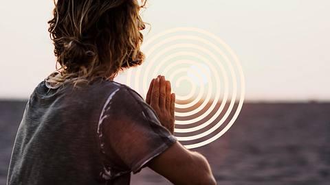 Mann macht Yoga - Foto: iStock / mihailomilovanovic, Collage / bearbeitet durch Männersache