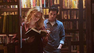 Penn Badgley und Elizabeth Lail in You - Foto: Netflix