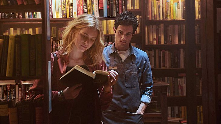 "Penn Badgley und Elizabeth Lail in ""You"""
