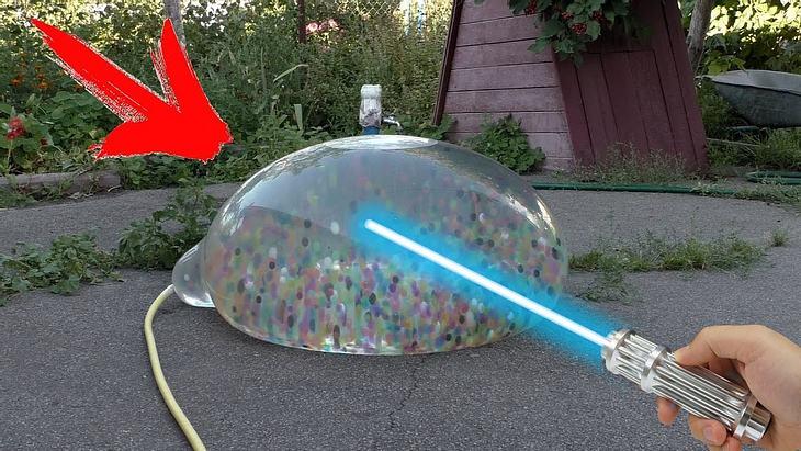 YouTube-Experiment: Schieße mit Laser auf einen XXL Wasserballon