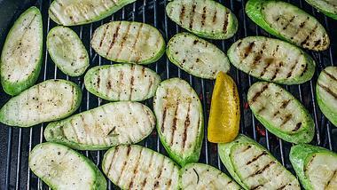 Zucchini grillen: Der vegetarische Alleskönner vom Rost