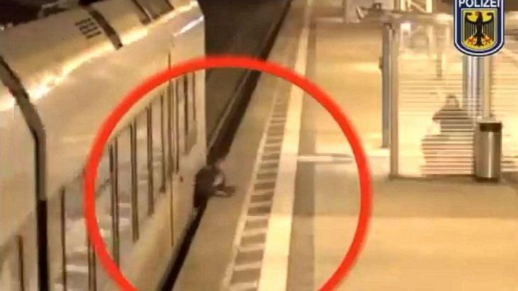 Enge Sache: Mann wird zwischen Zug und Bahnsteig eingequetscht